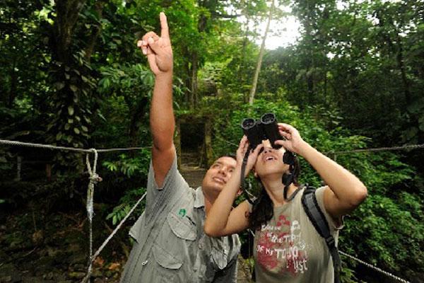 Carlos_pointing_to_Viviane